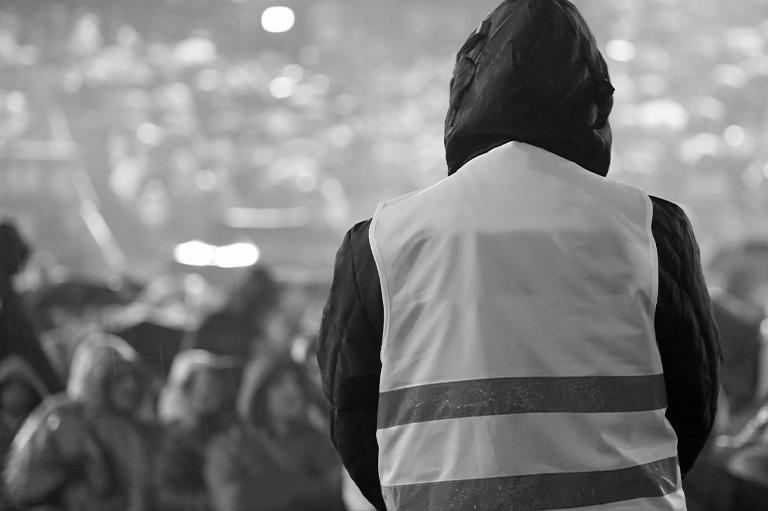pracownik ochrony ochraniający imprezę masową